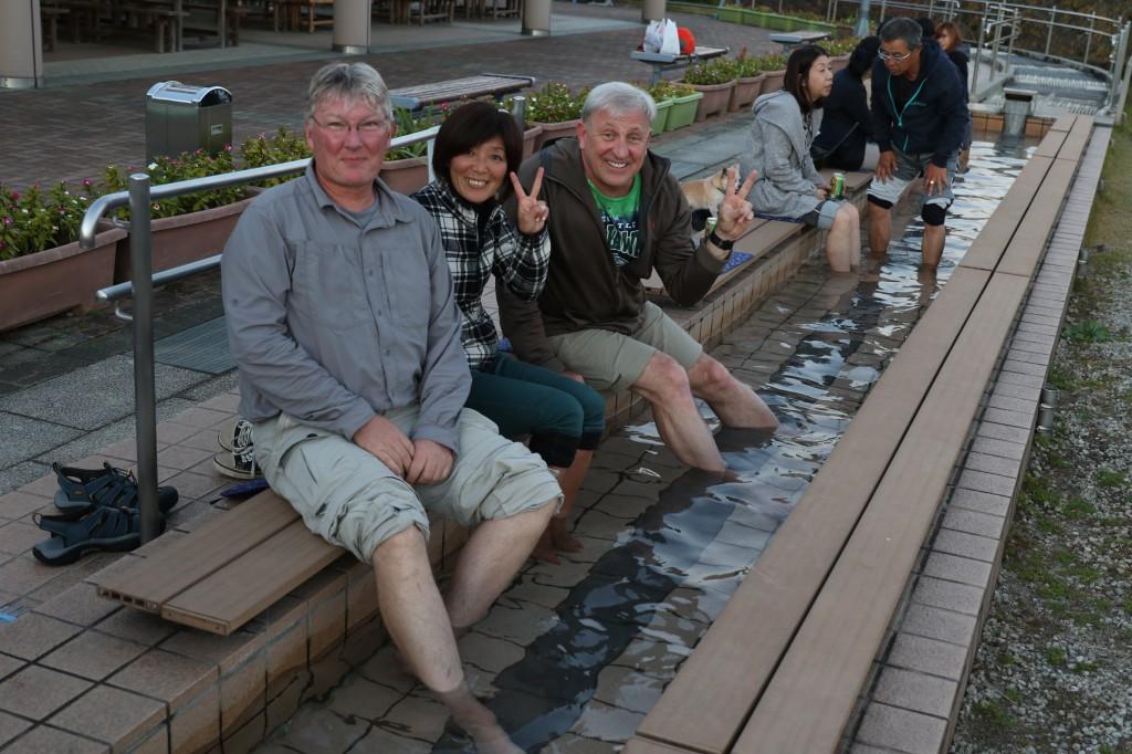フルーツパークの足湯で疲れを癒す