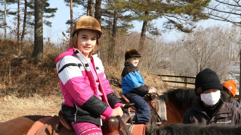 乗馬を楽しむ子供
