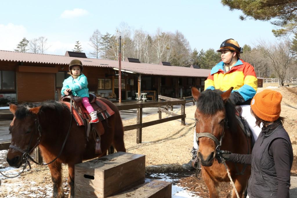 2歳の娘と一緒に乗馬